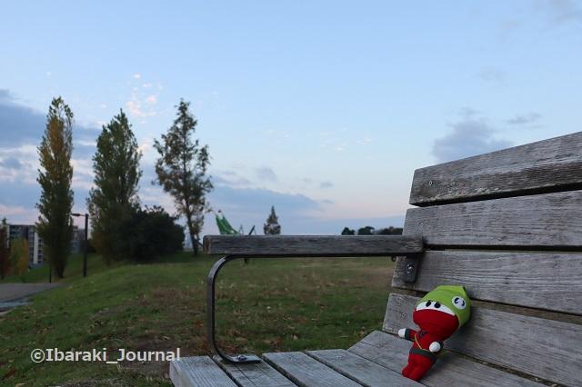 1128にんじゃるベンチに座るIMG_7134