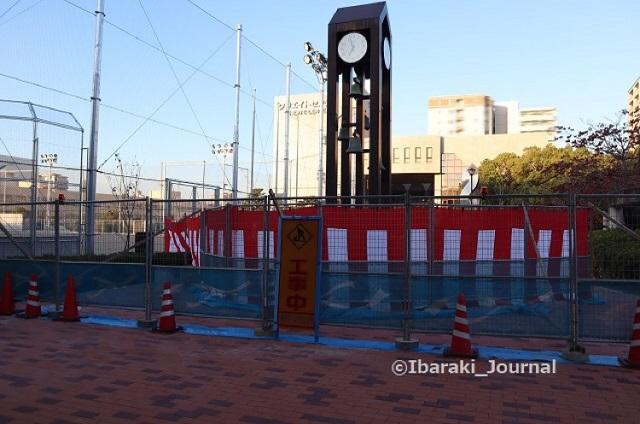 kk1105時計に紅白幕クリエイトセンターの前2