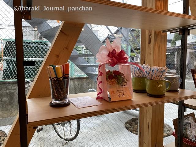 総持寺カフェ店内の棚2