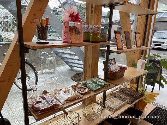 総持寺カフェ店内の棚1