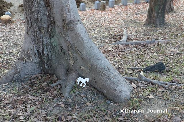 1222-5元茨木川緑地の木の根元に馬IMG_7930