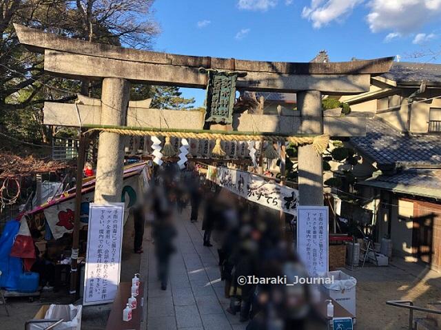 0109昼4十日戎茨木神社鳥居のところ西側からIMG_9082