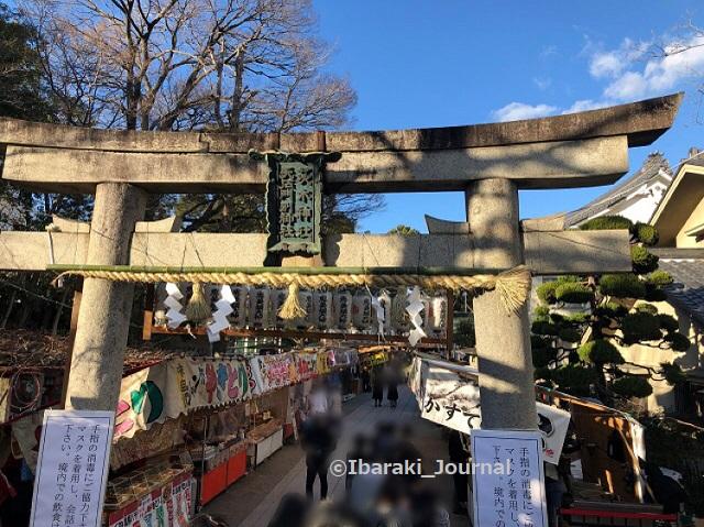 0109昼1十日戎茨木神社鳥居のところIMG_9079
