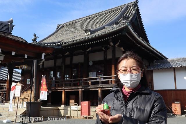 総持寺で笹川さんがおみくじを持ってIMG_8829