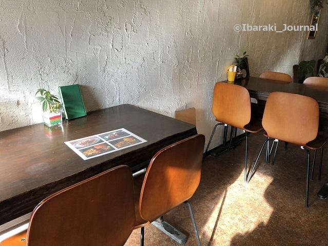 キッチンピーナッツ店内テーブル席IMG_9329
