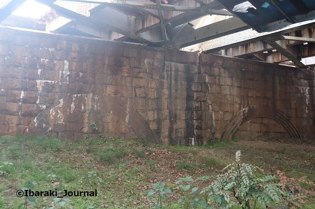 12-0425JRの下のレンガ東側IMG_0319