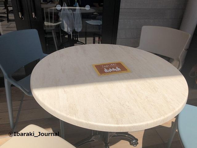 IMG_0999イオンタウン太田の外のテーブル