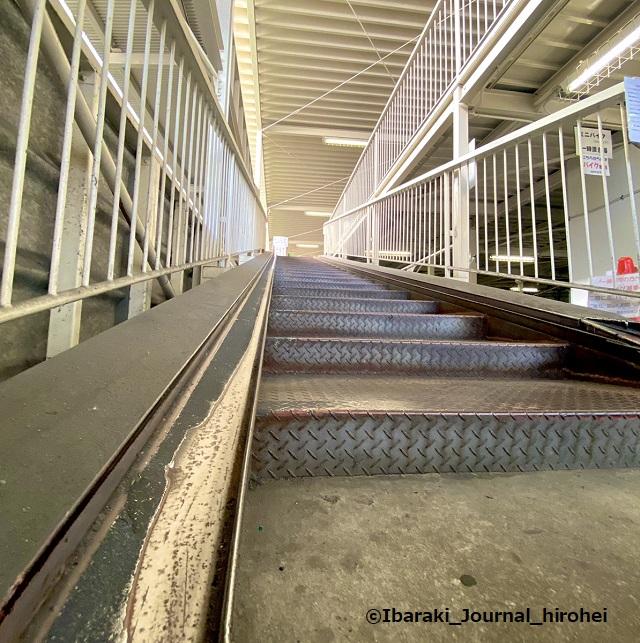 茨木市駅東口駐輪場の階段IMG_3279