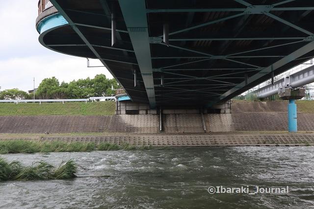 西河原新橋の下で安威川を見るIMG_0782
