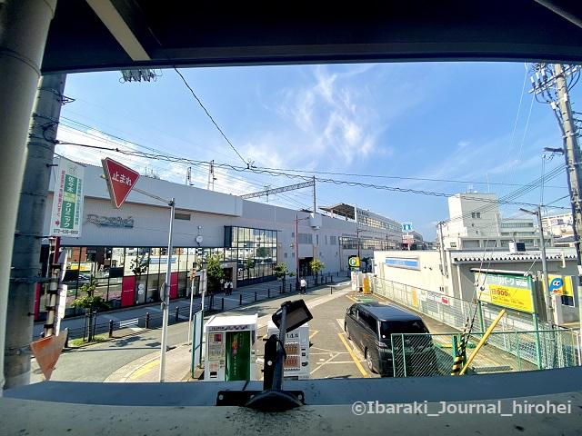 茨木市駅東口駐輪場からの阪急の駅IMG_3276