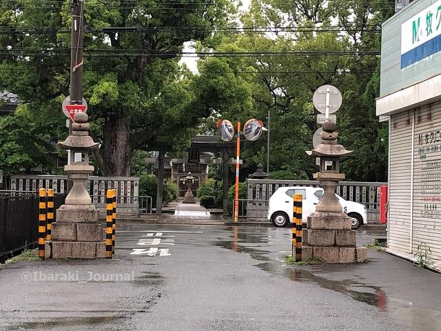 佐奈部神社前の道を車が通るIMG_2412
