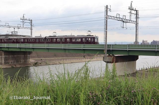 千歳橋から安威川を見る阪急電車とIMG_0766