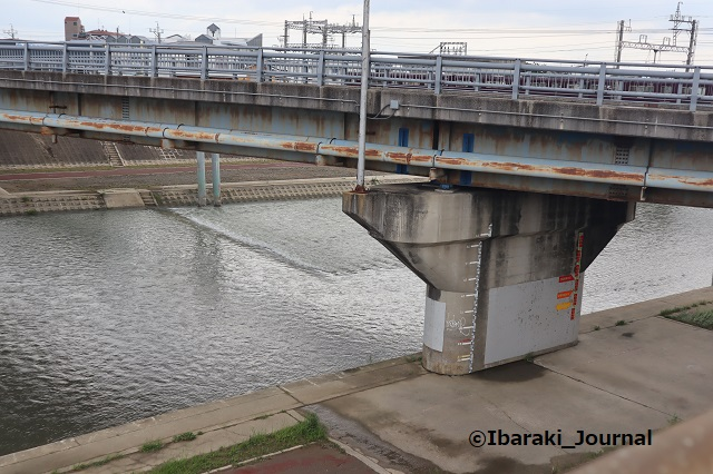 千歳橋上から安威川見るIMG_0761