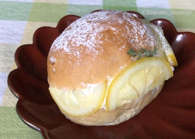 フォレストグリーンのマリトッツォお皿にIMG_2572