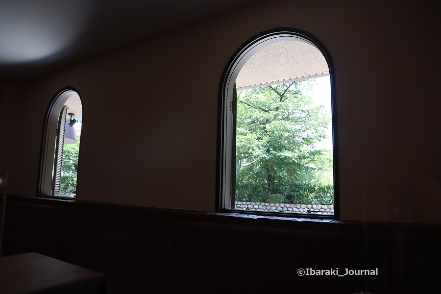 0610spello店内から窓を見るIMG_1233