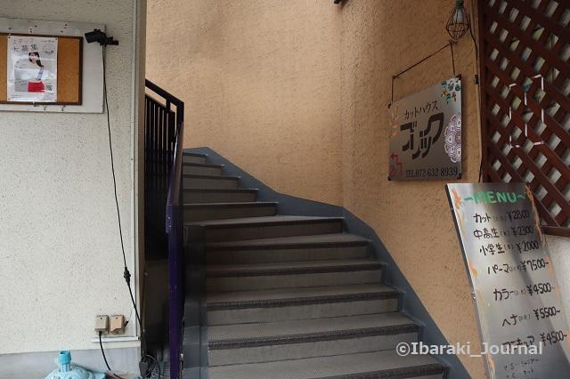 肉バルfacisの建物の階段IMG_1958