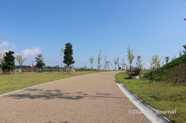 彩都はなだ公園遊具のほうを見るIMG_2624