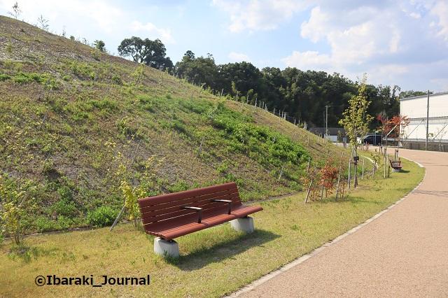 彩都はなだ公園ベンチから向こうが駐車場IMG_2556