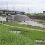 40822あけぼの橋の安威川で放水IMG_3177