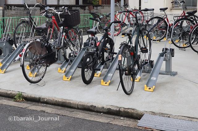 JR総持寺南側ファミマ横駐輪場IMG_2880
