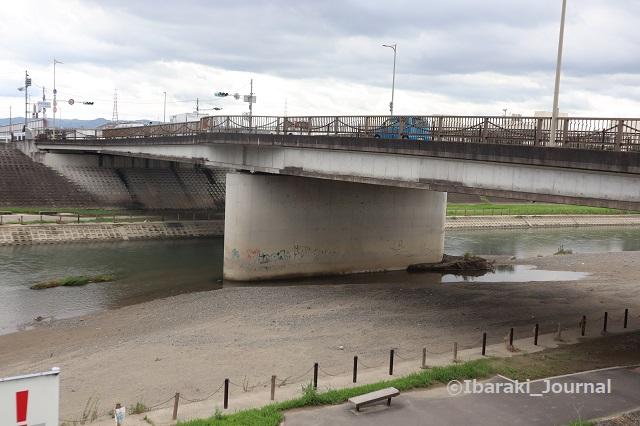 120822五十鈴橋を北安威川見るIMG_3194